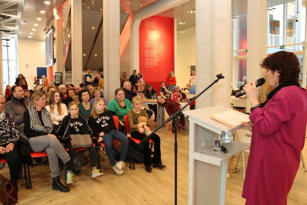 Daphne Kalff leest gedicht voor