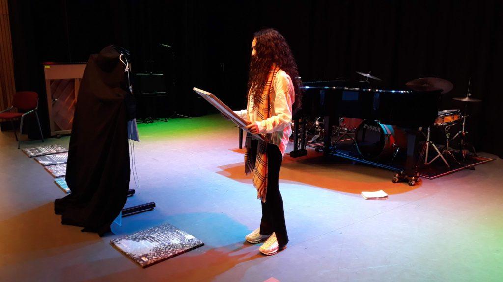 Jihane Rhochmi declameert haar gedicht
